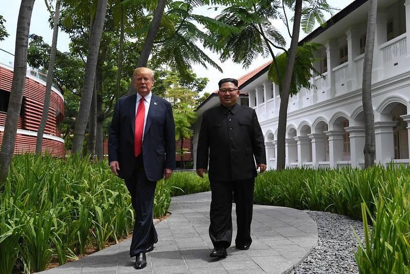 Trump y Kim se acercan a los periodistas al término del almuerzo que ha puesto fin a la cumbre.