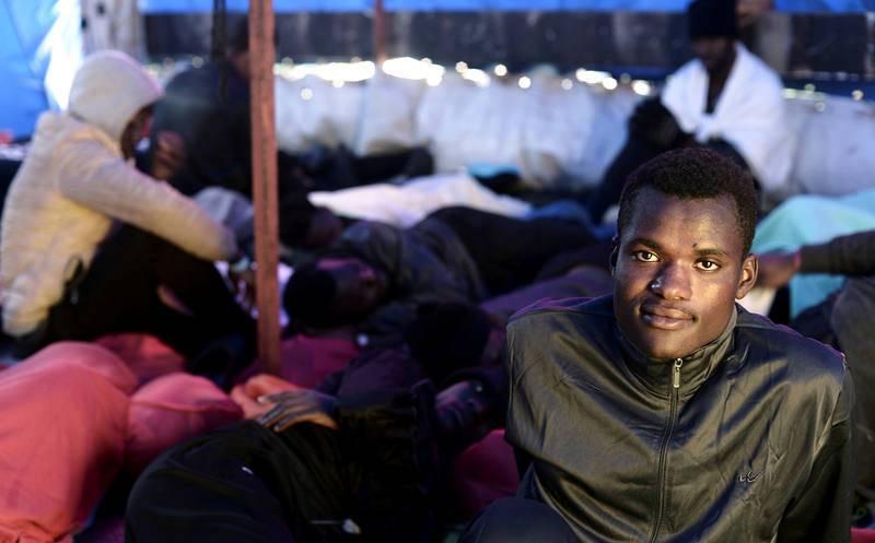 Un migrante descansa en la cubierta del Aquarius