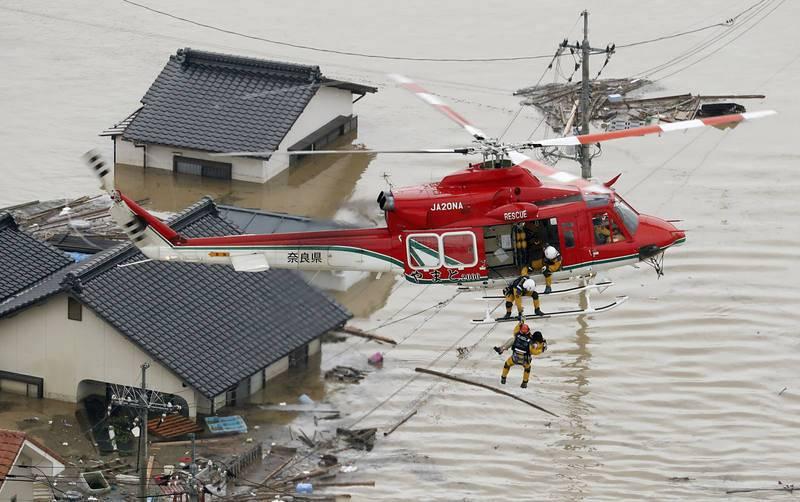Residentes evacuados por las inundaciones en Kurashiki, al sur de Japón
