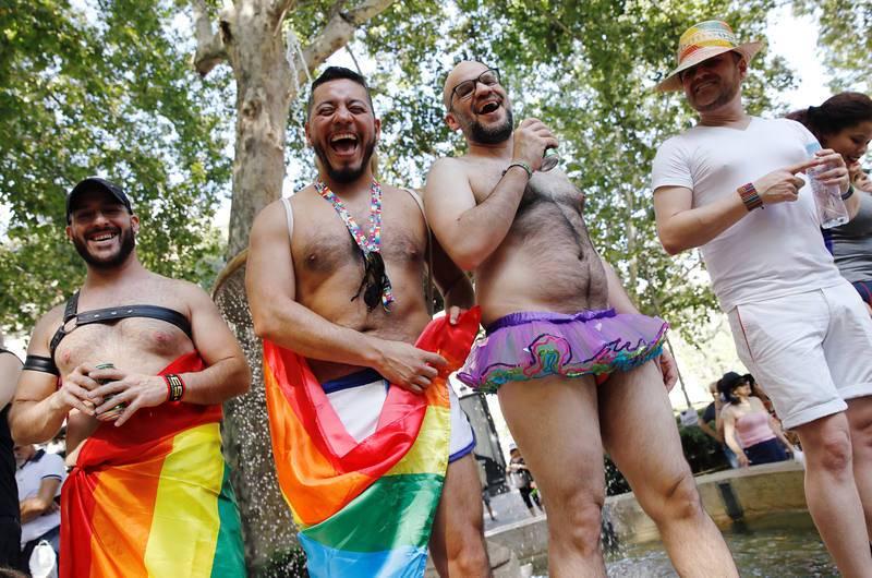 Ambiente festivo en la marcha del Orgullo en Madrid