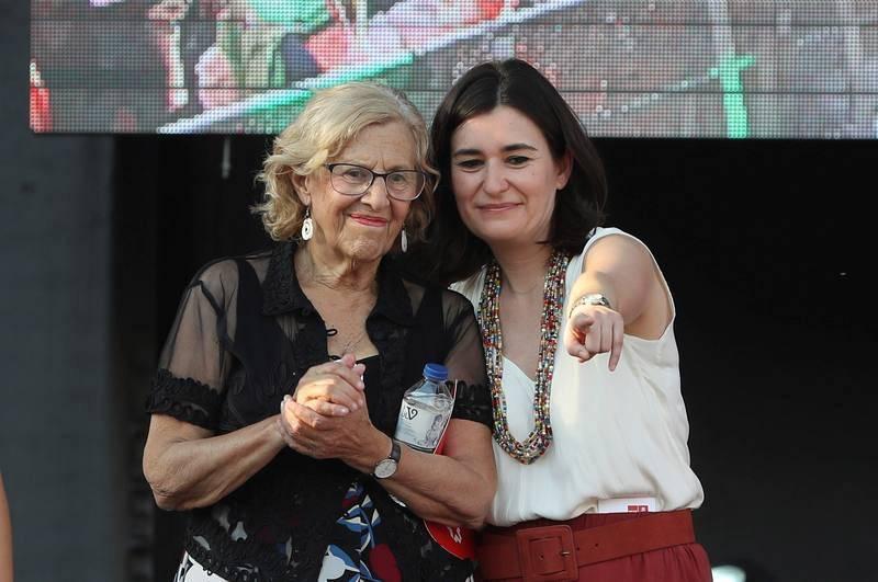La alcaldesa de Madrid, Manuela Carmena, junto a la ministra de Sanidad, Carmen Montón en el escenario instalado en la plaza de Colón de Madrid donde ha finalizado la manifestación del Orgullo