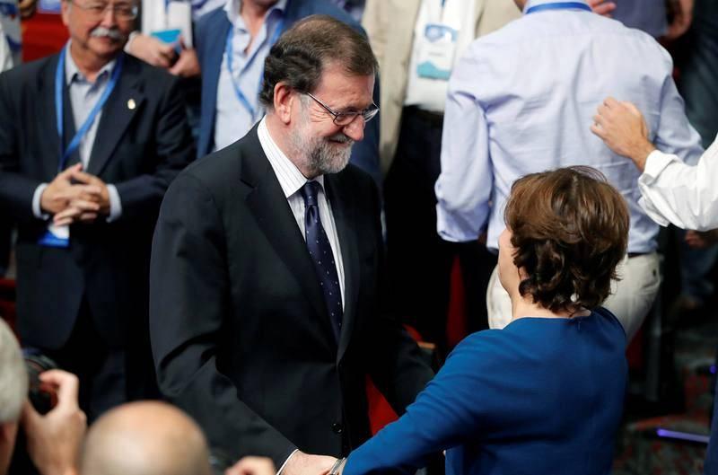 El expresidente del Gobierno Mariano Rajoy junto a Soraya Sáenz de Santamaría, tras conocerse que Pablo Casado será el nuevo presidente del PP al haber obtenido 1.701 sufragios de los compromisarios populares frente al los 1.250 que ha logrado Sáenz