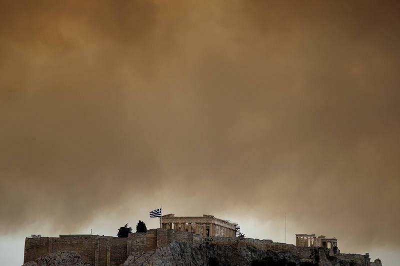 El humo del incendio llega hasta el Partenón de Atenas.