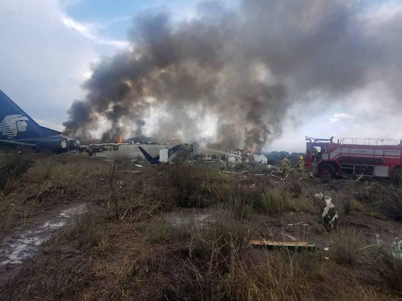 Bomberos extinguen el incendio en el avión que se estrelló en Durango, México
