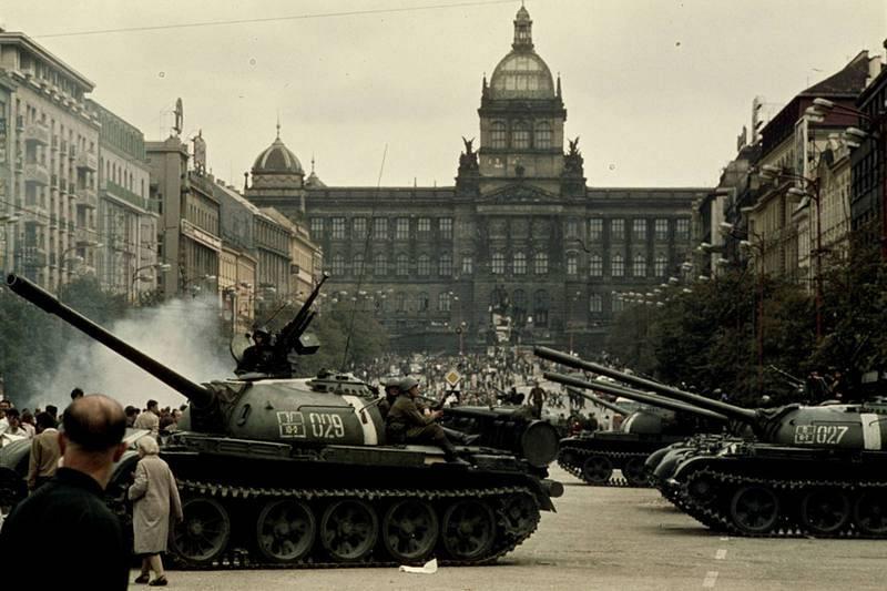 Tanques soviéticos en la Plaza de Wenceslao de Praga en agosto de 1968