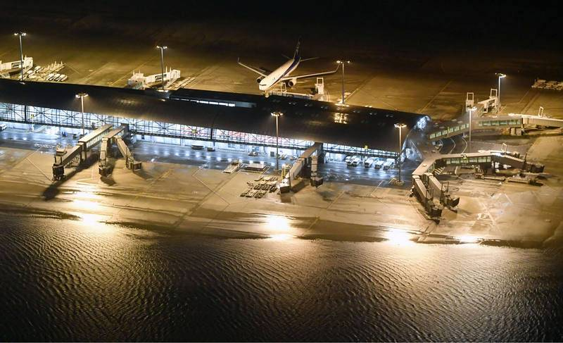 Pista inundada en el aeropuerto internacional de Kansai