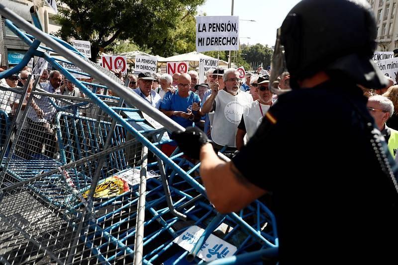 Agentes antidisturbios han impedido que los pensionistas sobrepasaran las vallas que cierran la Plaza de las Cortes y llegaran ante las puertas del Congreso. Efe/Mariscal