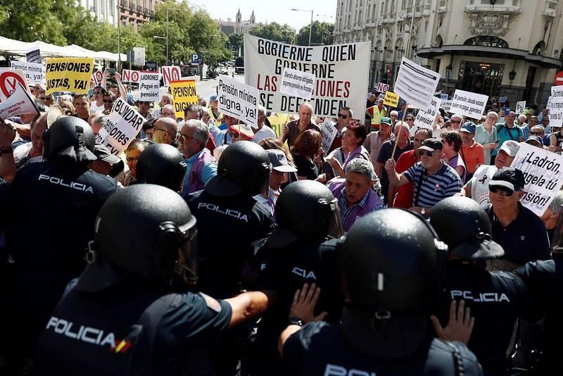 Decenas de pensionistas se han dado cita frente al Congreso. Efe /Mariscal