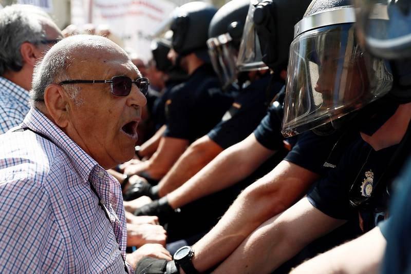 Los pensionistas llevan meses celebrando concentraciones ante el Congreso. En la imagen, un hombre se encara con los agentes. Efe/Mariscal