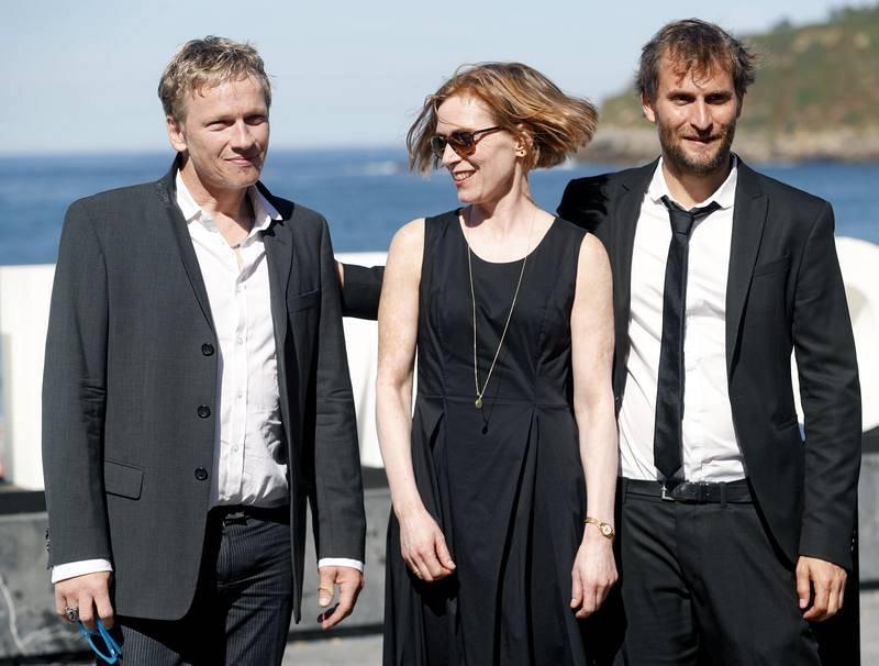 El realizador Simon Jaquemet (derecha), posa junto a los actores Thomas Schüpbach y Judith Hofmann durante la presentación de su película 'The innocent' en San Sebastián