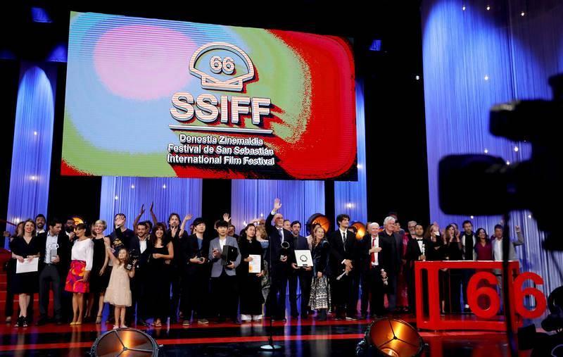 Foto de familia de los galardonados en el Festival de Cine de San Sebastián, posando al finalizar la gala de clausura celebrada en el Kursaal de la capital donostiarra