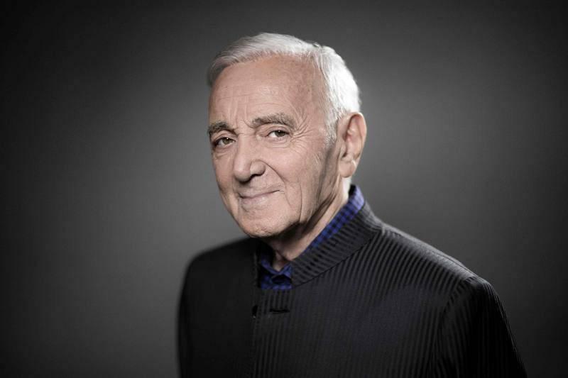 Charles Aznavour posa para una sesión fotográfica en noviembre de 2017