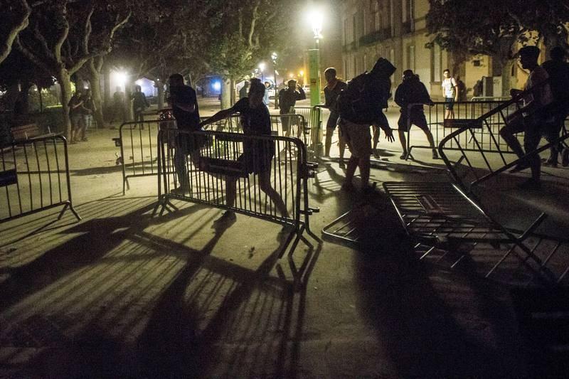 Los manifestantes se enfrentan a los Mossos a las puertas del Parlamento