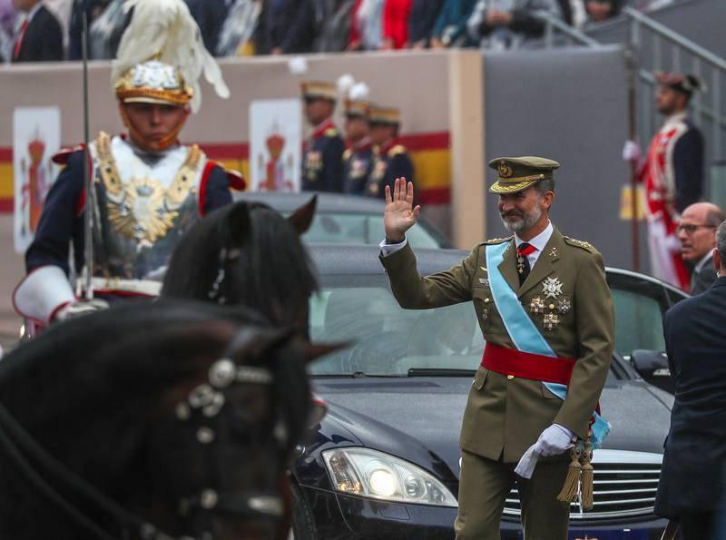 El rey saluda