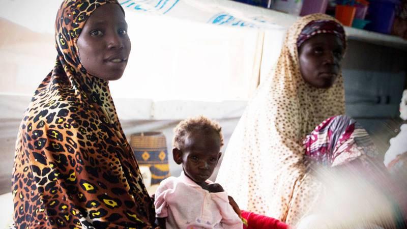 Una madre espera su turno en una de las salas de ingreso del Hospital de Zinder (Níger) donde decenas de niños permanecen ingresados por desnutrición.