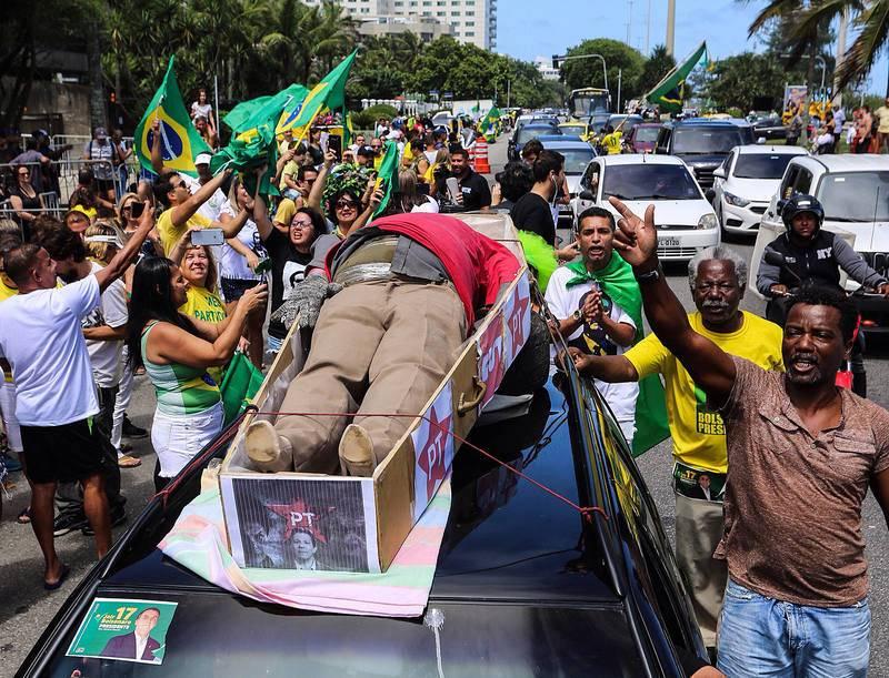 Simpatizantes de Jair Bolsonaro manifiestan su apoyo alrededor de una representación en un féretro del candidato Fernando Haddad