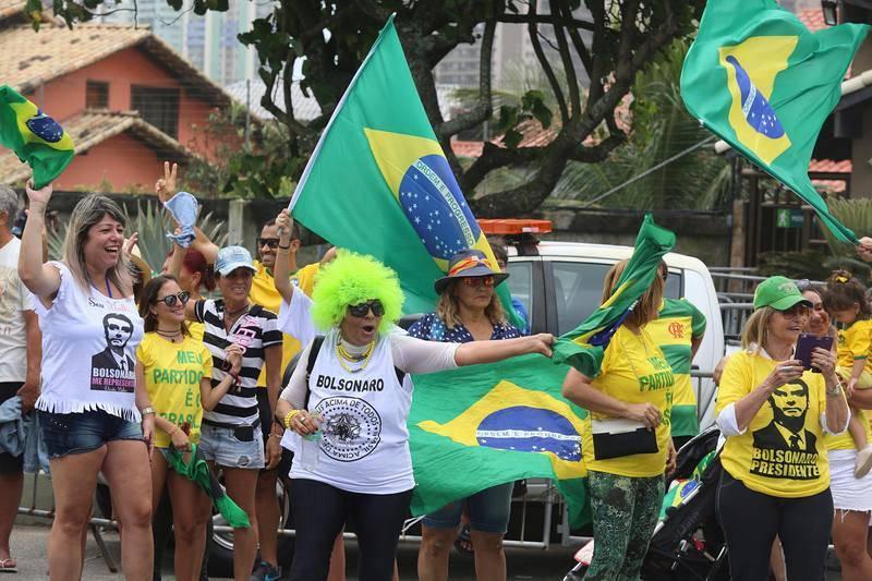Simpatizantes de Bolsonaro manifiestan su apoyo frente a su vivienda en la Barra de Tijuca, en Río de Janeiro