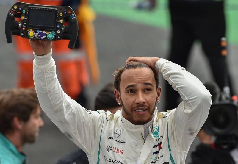 Hamilton saluda con el volante de su Mercedes en la mano tras proclamarse campeón del mundo por quinta vez.