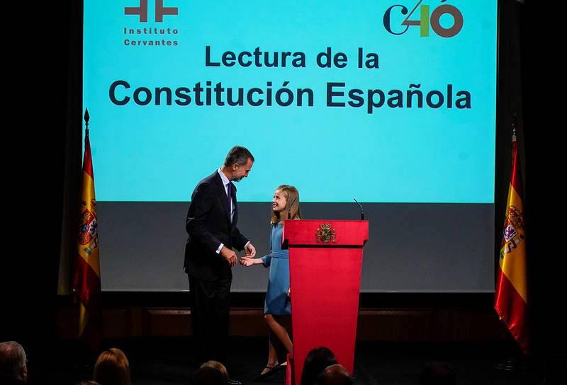 La princesa Leonor y el rey Felipe VI, en el estrado durante la lectura pública de la Constitución en la sede del Instituto Cervantes en Madrid. REUTERS/Juan Medina
