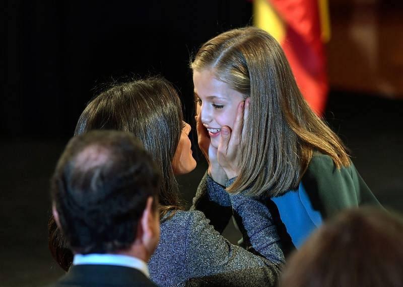 La princesa Leonor, con su madre, la reina Letizia, durante el acto de lectura de la Constitución en el Instituto Cervantes. Foto: OSCAR DEL POZO / AFP