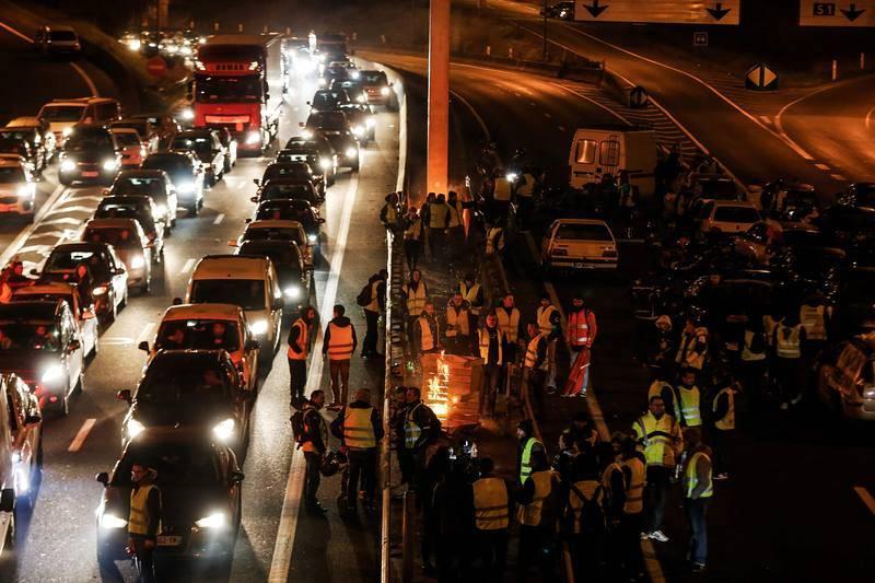 Los manifestantes bloquean una vía de circunvalación en Caen