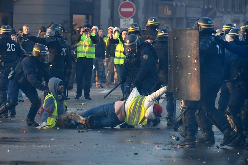 La policía usa la fuerza para retirar a un grupo de manifestantes de una calle en Quimper