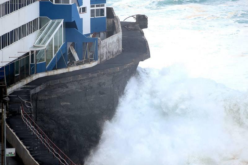 Varias familias han sido evacuadas del edificio El Roque en Mesa del Mar ya que el agua por el fuerte oleaje llegó a la segunda planta y rompió los cristales del primer piso
