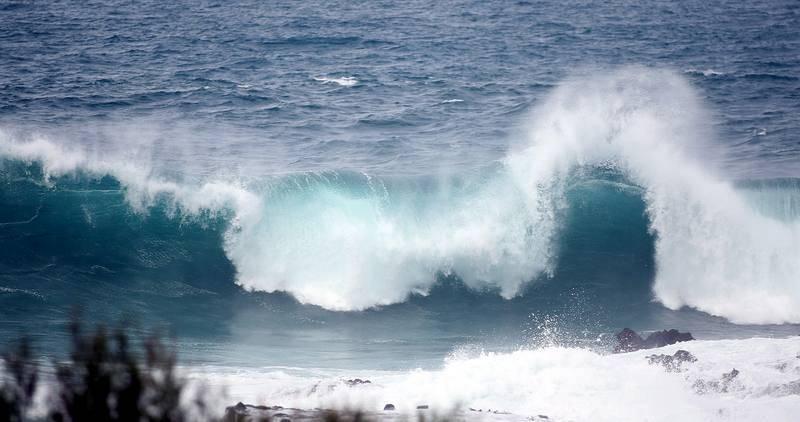 Las islas Canarias se encuentran en situación de alerta decretada por el Gobierno regional, con áreas en aviso naranja por parte de la Agencia Estatal de Meteorología por olas de hasta seis metros