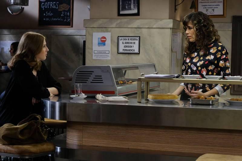 Paty intenta convencer a Olga para acudir a una clase de Iago