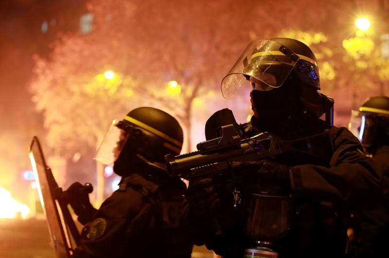 """La policía avanza durante la manifestación de los """"chalecos amarillos"""""""
