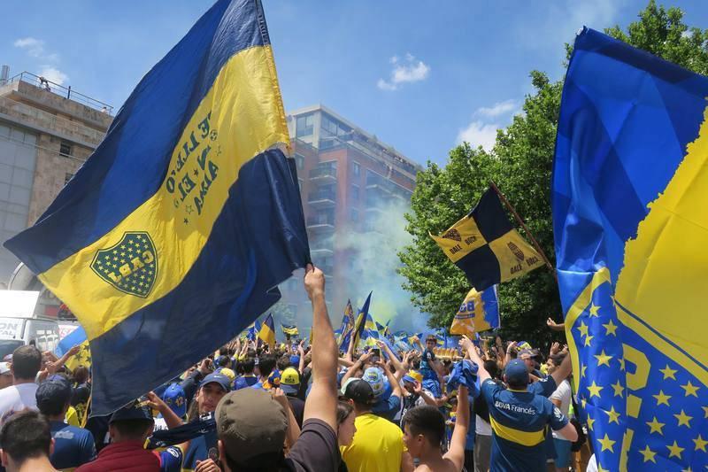 Seguidores de Boca Juniors animan antes del partido de la final de la Copa Libertadores, afuera del hotel donde se concentra el equipo en Buenos Aires