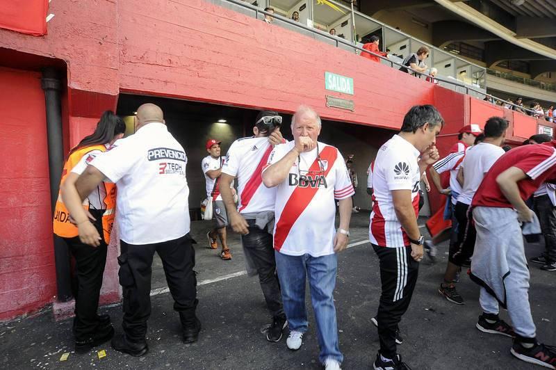 Aficionados de River, afectados por el lanzamiento de gases en el estadio Monumental
