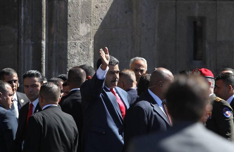 El presidente de Venezuela, Nicolás Maduro, saluda su llegada al Palacio Nacional en Ciudad de México