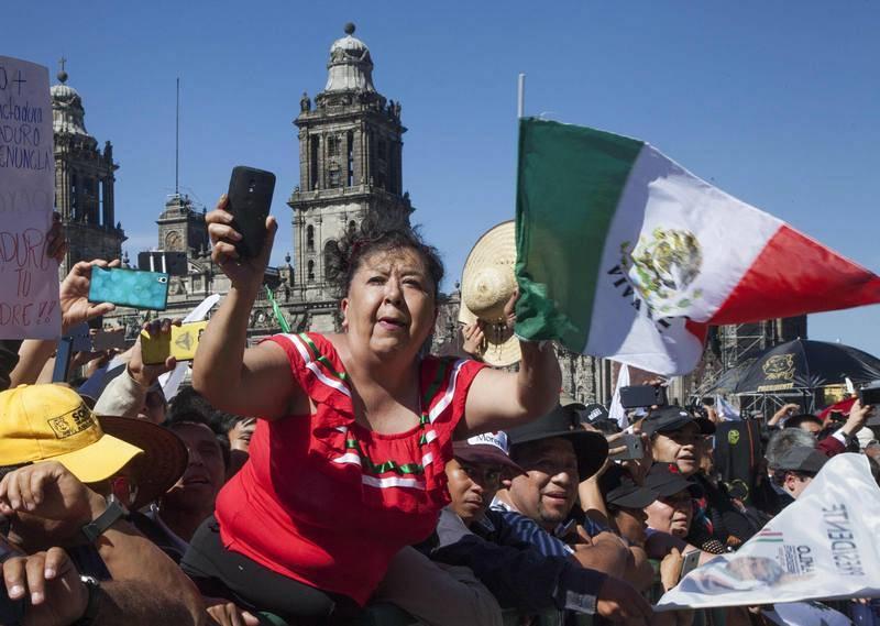 Simpatizantes de Obrador aclaman al nuevo presidente de México a su llegada al Palacio Nacional