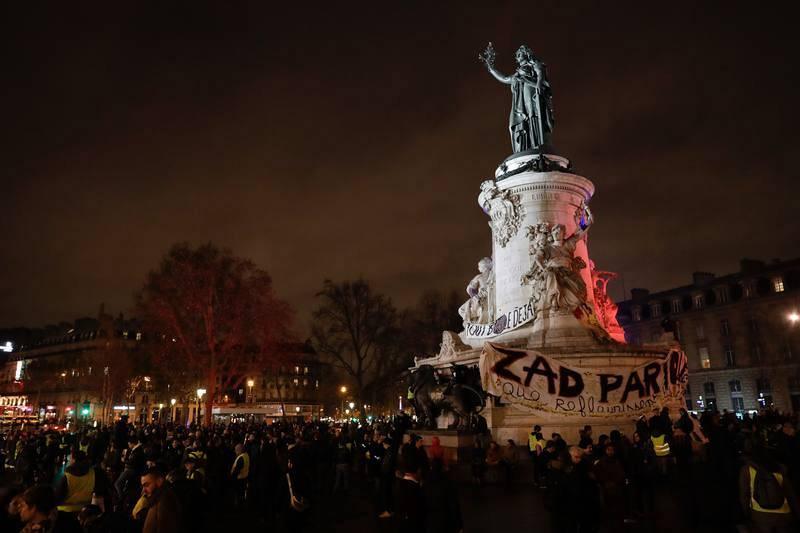 Los manifestantes se congregan en la plaza de la República