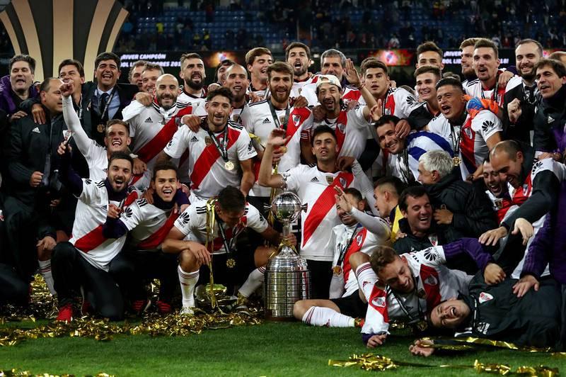 River posa con la Copa Libertadores tras conquistarla en la final ante Boca.