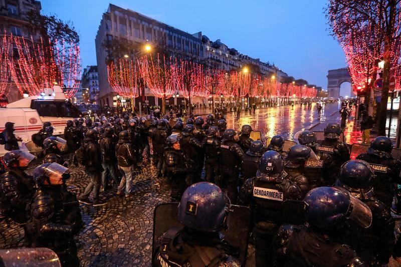 Los antidisturbios dispersan a los manifestantes en los Campos Elíseos