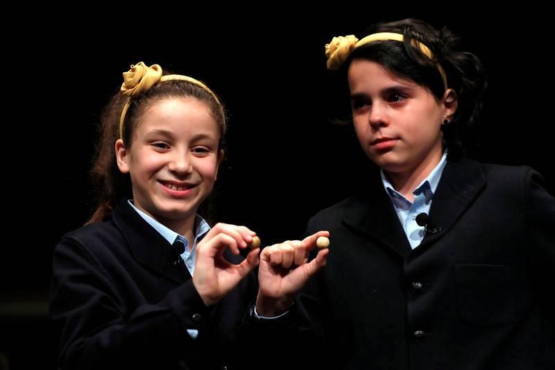 Aya y Carla reparten el Gordo