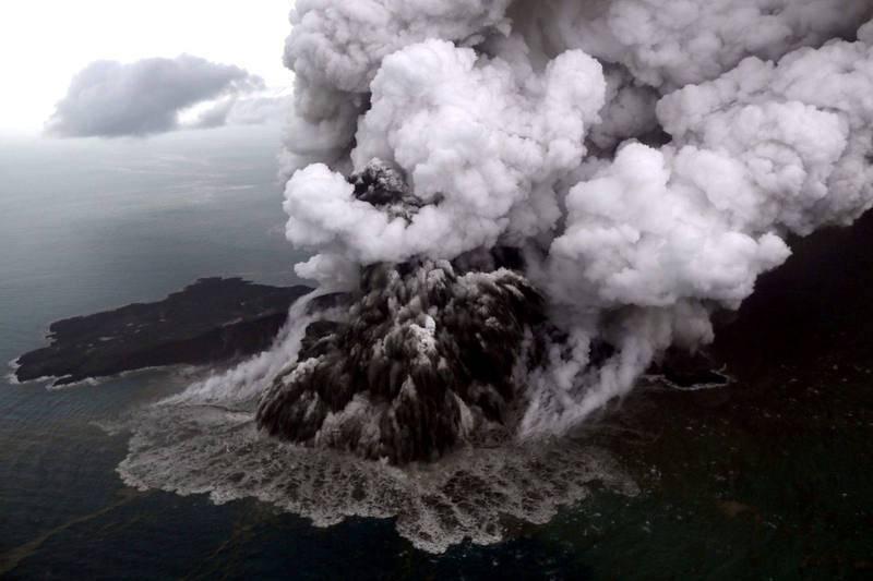 Una vista aérea del volcán Anak Krakatau durante la erupción