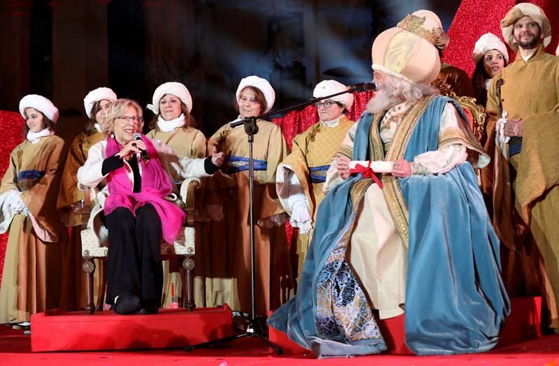 La alcaldesa de Madrid, Manuela Carmena, recibe a los Reyes Magos en la Plaza de Cibeles tras su tradicional cabalgata