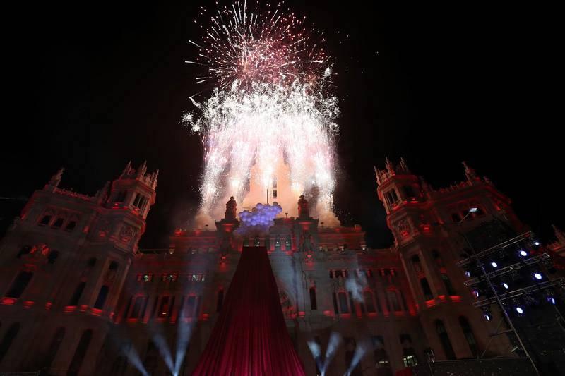 Luces y fuegos artificiales iluminan el Ayuntamiento de Madrid tras la cabalgata de los Reyes Magos