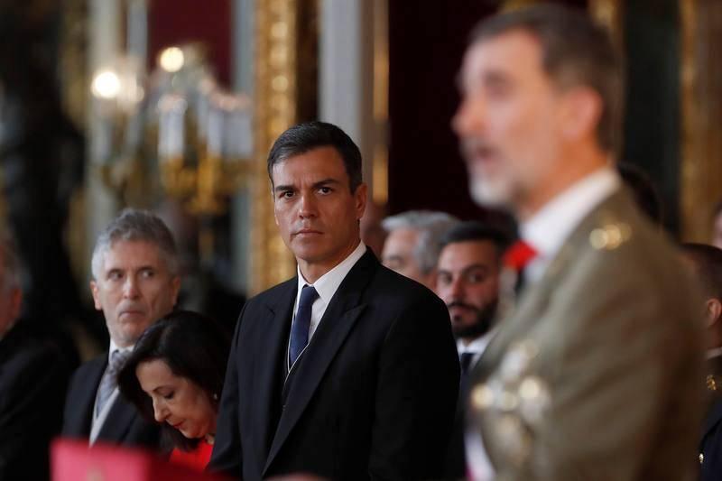 El presidente del Gobierno, Pedro Sánchez, escucha el discurso que el rey ha pronunciado con motivo de la celebración de la Pascua Militar en el Palacio Real