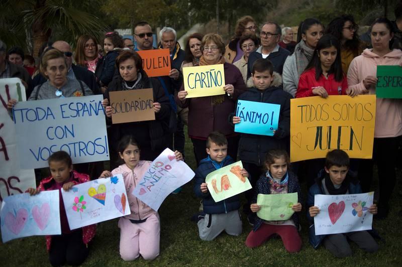 Decenas de personas en Totalán, en Málaga, expresan su apoyo a la familia de Julen, el niño de dos años que cayó el pasado domingo a una prospección de agua, mientras avanzan las tareas para su rescate