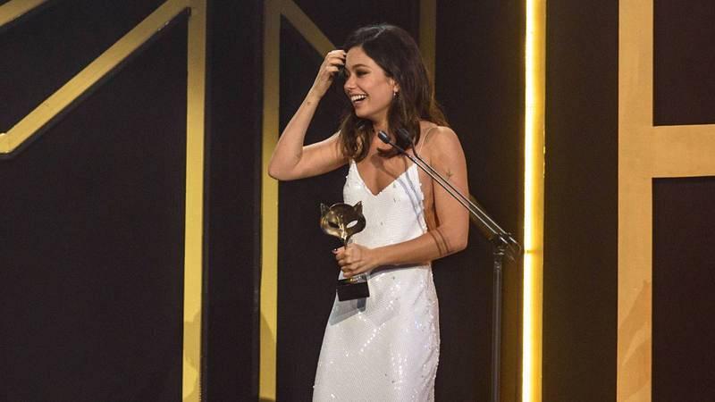 La actriz Anna Castillo con su segundo premio en la noche como Mejor actriz de reparto serie 'Arde Madrid'