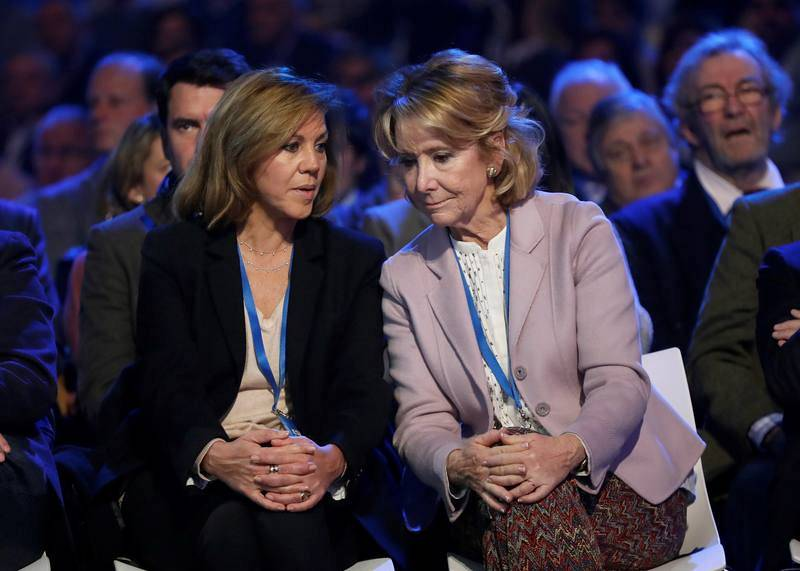 La exsecretaria del PP y exministra de Defensa María Dolores de Cospedal conversa con Esperanza Aguirre