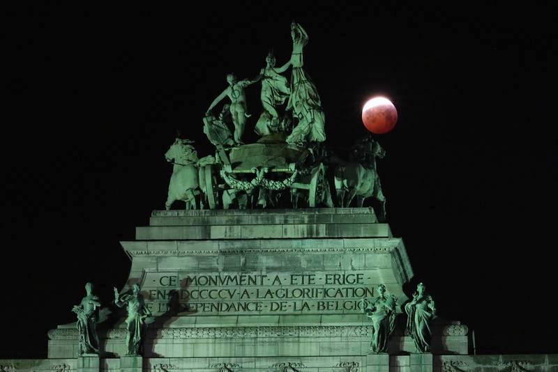 La Luna, sobre el Arco del Cincuentenario en Bruselas, Bélgica.