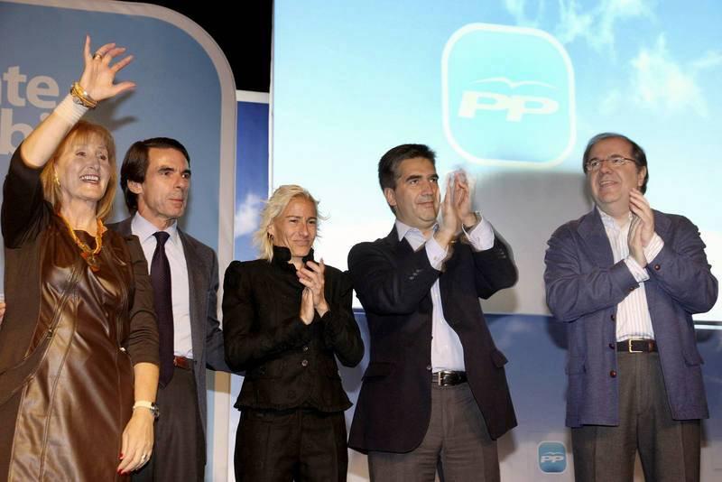 Marta Domínguez, en el centro, junto al expresidente Aznar en un acto de campaña del PP en 2011.