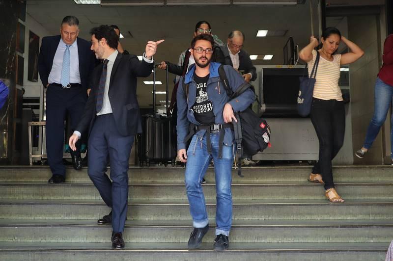 El cónsul adjunto de España en Caracas, Julio Navas (i), acompaña la salida de los periodistas de la agencia EFE.