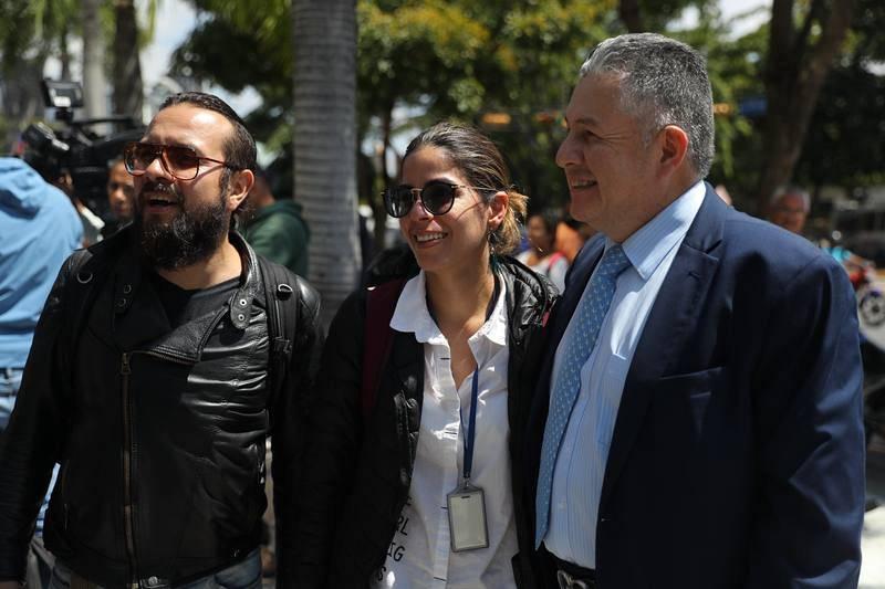 Los periodistas de la agencia Efe Maurén Barriga (c) y Leonardo Muñoz (i) tras ser liberados este jueve