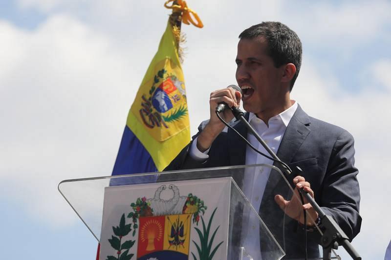 El presidente de la Asamblea Nacional de Venezuela, Juan Guaidó, pronuncia un discurso en una marcha opositora en Caracas